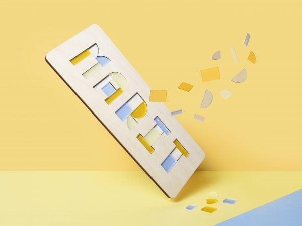De Naampuzzel is een houten kinderpuzzel met naam en een origineel en persoonlijk kraamcadeau bij Studio Perspective.