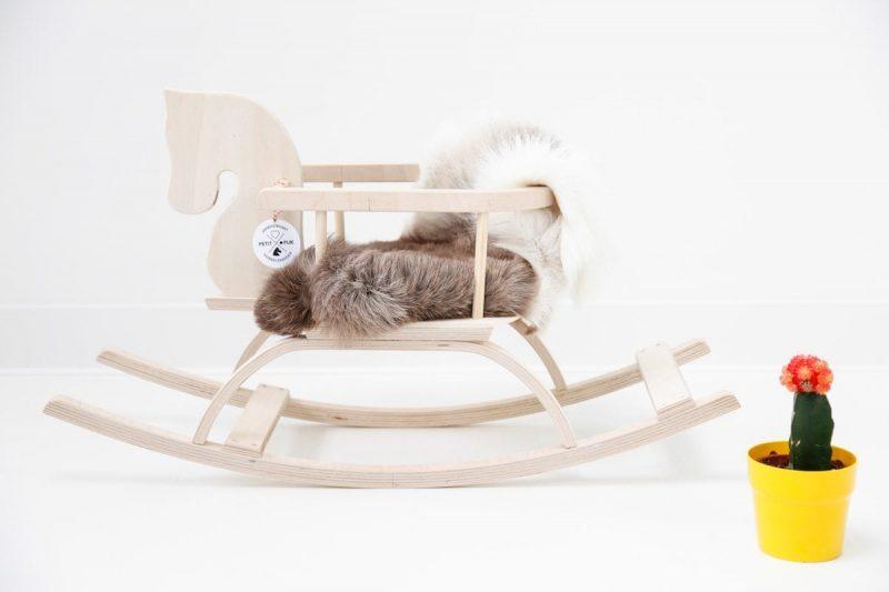 Houten Hobbelpaard Naturel is een houten hobbelpaard met naam van het kind. Een origineel kraamcadeau bij Studio Perspective.