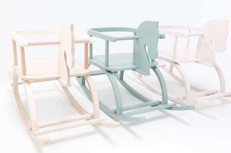 Houten Hobbelpaard Groen is een groen houten hobbelpaard met naam van het kind. Een origineel kraamcadeau bij Studio Perspective.