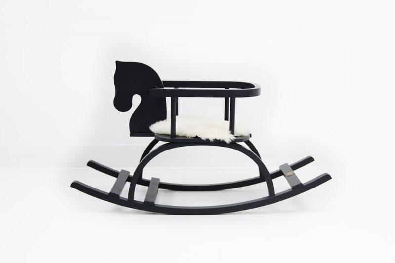 Houten Hobbelpaard Zwart is een zwart houten hobbelpaard met naam van de kleine. Een origineel kraamcadeau bij Studio Perspective.