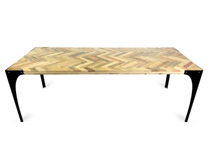 De Able Visgraat Pallet Hout van Tolhuijs is een tafel met een houten visgraat blad en metalen onderstel bij Studio Perspective.