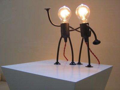 Mr. Bright Moves is een flexibele fitting lamp die lijkt op een poppetje met buigzame armen en benen bij Studio Perspective.
