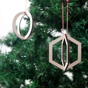 De Geo Ornamenten van CRE8 zijn lasergesneden houten Kerstballen in prachtige grafische vormen bij Studio Perspective.