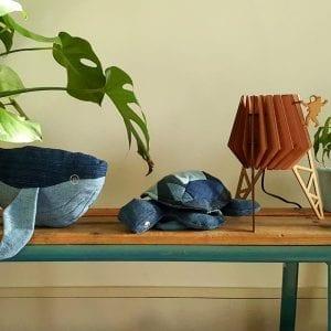 Schildpad Denim Knuffel is een handgemaakte knuffel van gerecyclede jeans bij Studio Perspective.