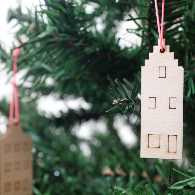 De Grachten ornamenten van CRE8 zijn lasergesneden houten Kerstballen in de vorm van Amsterdamse grachtenpanden.