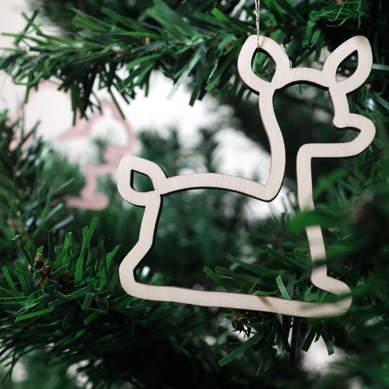 De Beestenbos Kerstversiering van CRE8 bestaat uit 8 lasergesneden houten én plexiglas dieren voor in de Kerstboom.