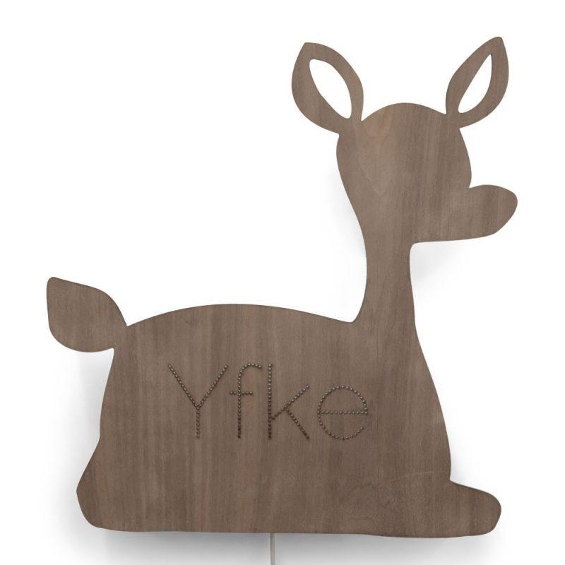 Beestenbos Wandlamp Hert is een duurzame houten kinderlamp met naam in de vorm van een hert.