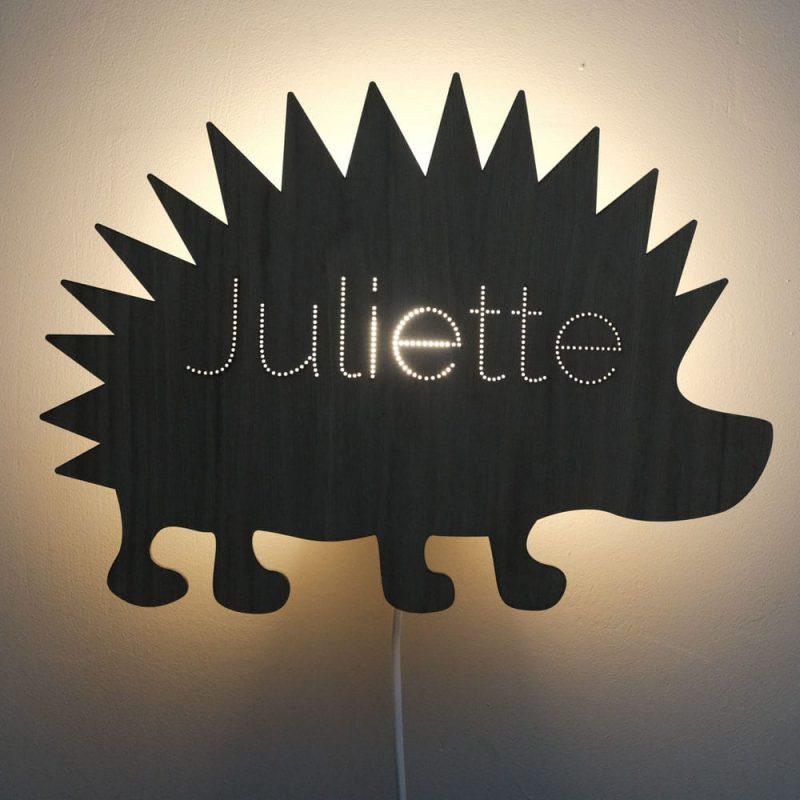 Beestenbos Wandlamp Egel is een originele lamp voor de kinderkamer mét naam in de vorm van een egel bij Studio Perspective.