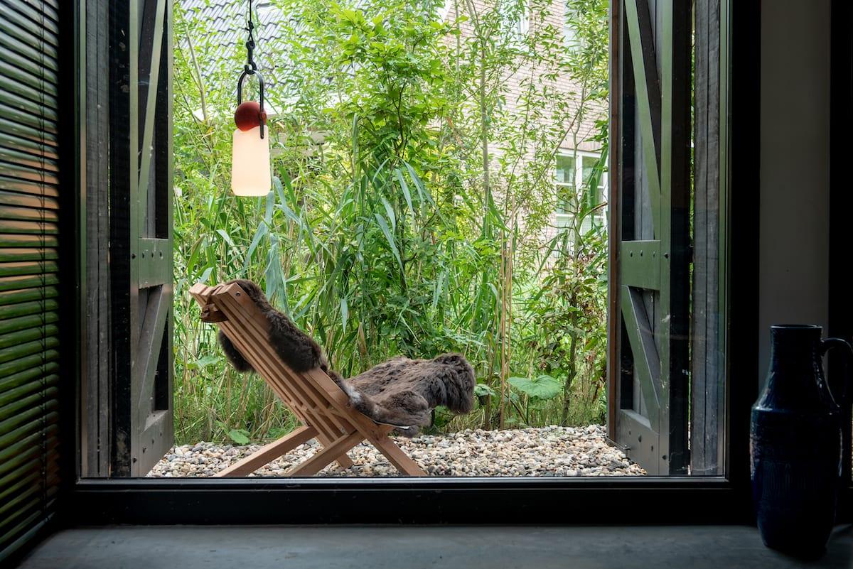 Tuintrends 2019 stoel van duurzaam hout voor binnen en buiten