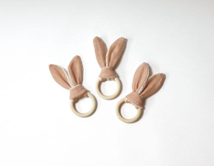 Boro*Mini houten bijtring met roze oortjes bij Studio Perspective