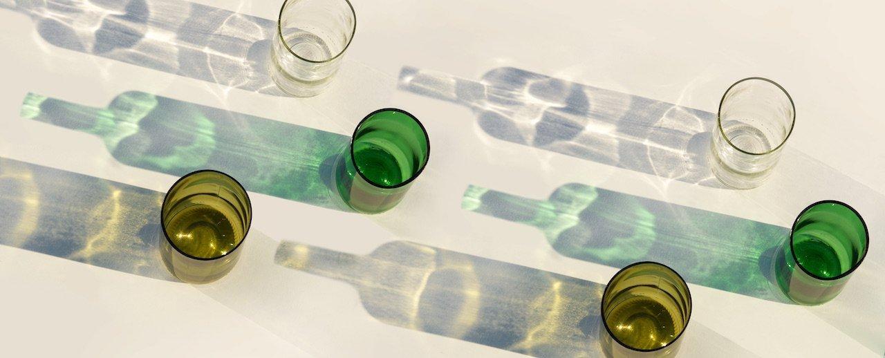 Duurzaam servies met de circulaire Rebottled glazen met logo bij Studio Perspective