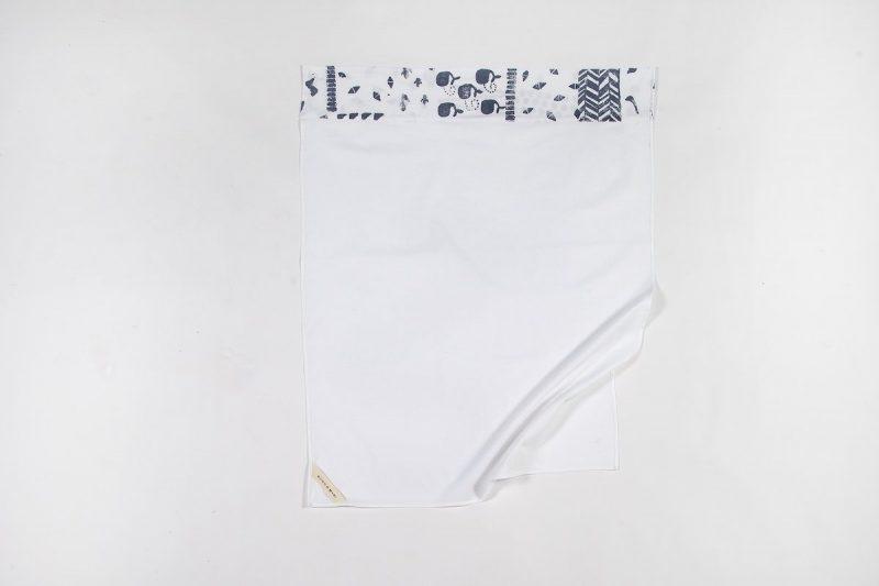 Lakentje voor in de wieg wit met mooie blauwe print bij Studio Perspective.