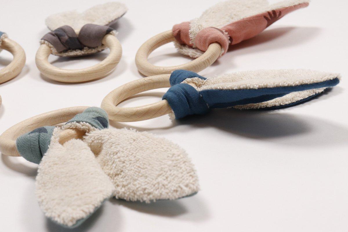 baby speeltjes zoals bijtringen en speendoekjes van biologisch katoen bij Studio Perspective.
