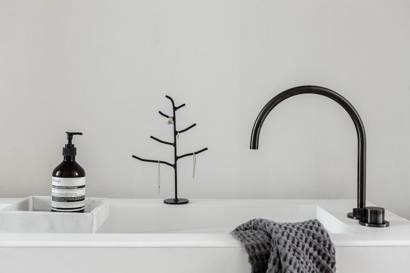 K'willeminhuis sieradenrekje in de vorm van een boompje bij Studio Perspective