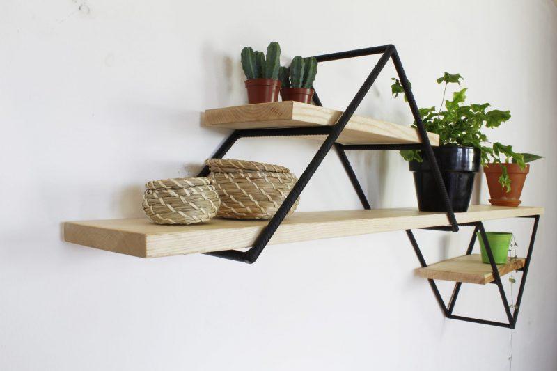 Metalen wandrek met houten planken ZigZag bij Studio Perspective