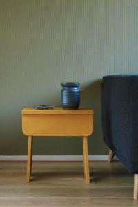 Gele houten kruk of bijzettafel