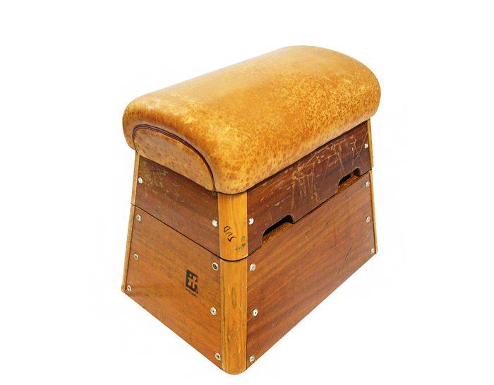 Tabouret Peet ten no. 10 houten kruk. Gerecyclede gymkast
