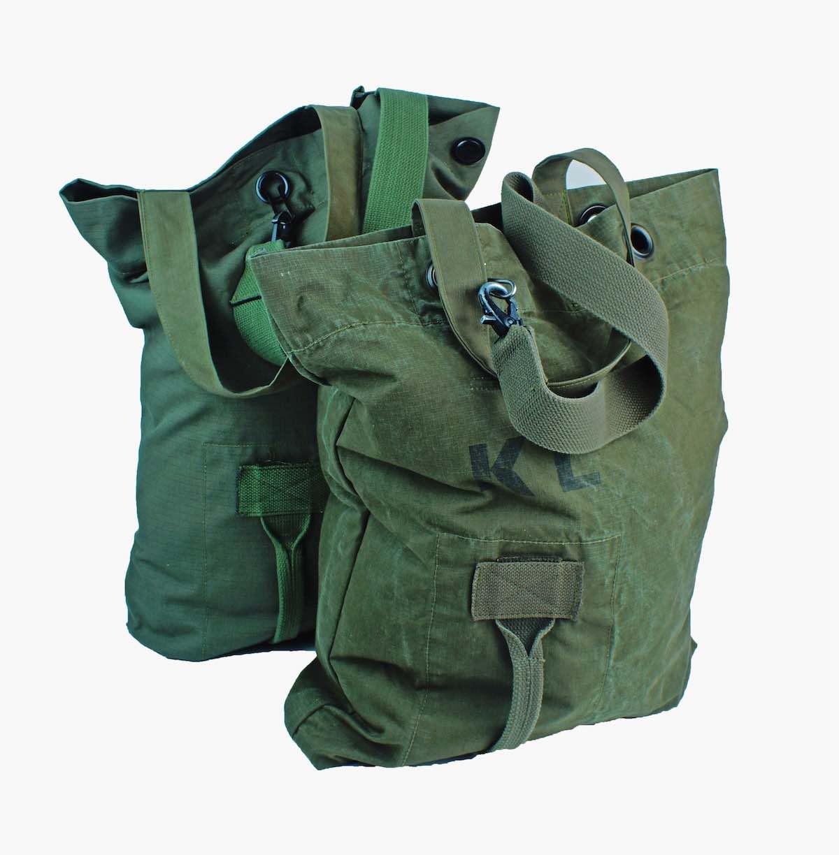 Army Duffelbag van Rescued. Groene legertas gemaakt van oude legertassen. upcycling.