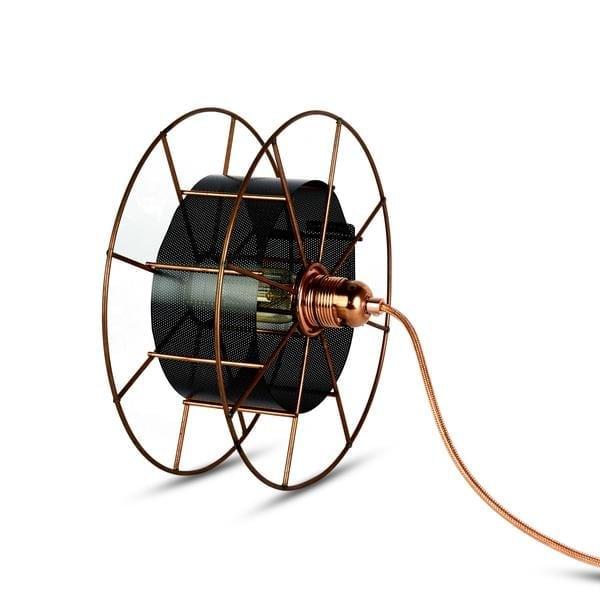 SPOOL FLOOR BLUE is een koperen designlamp van Tolhuijs Design. Deze duurzame vloerlamp is gemaakt van wastematerial.