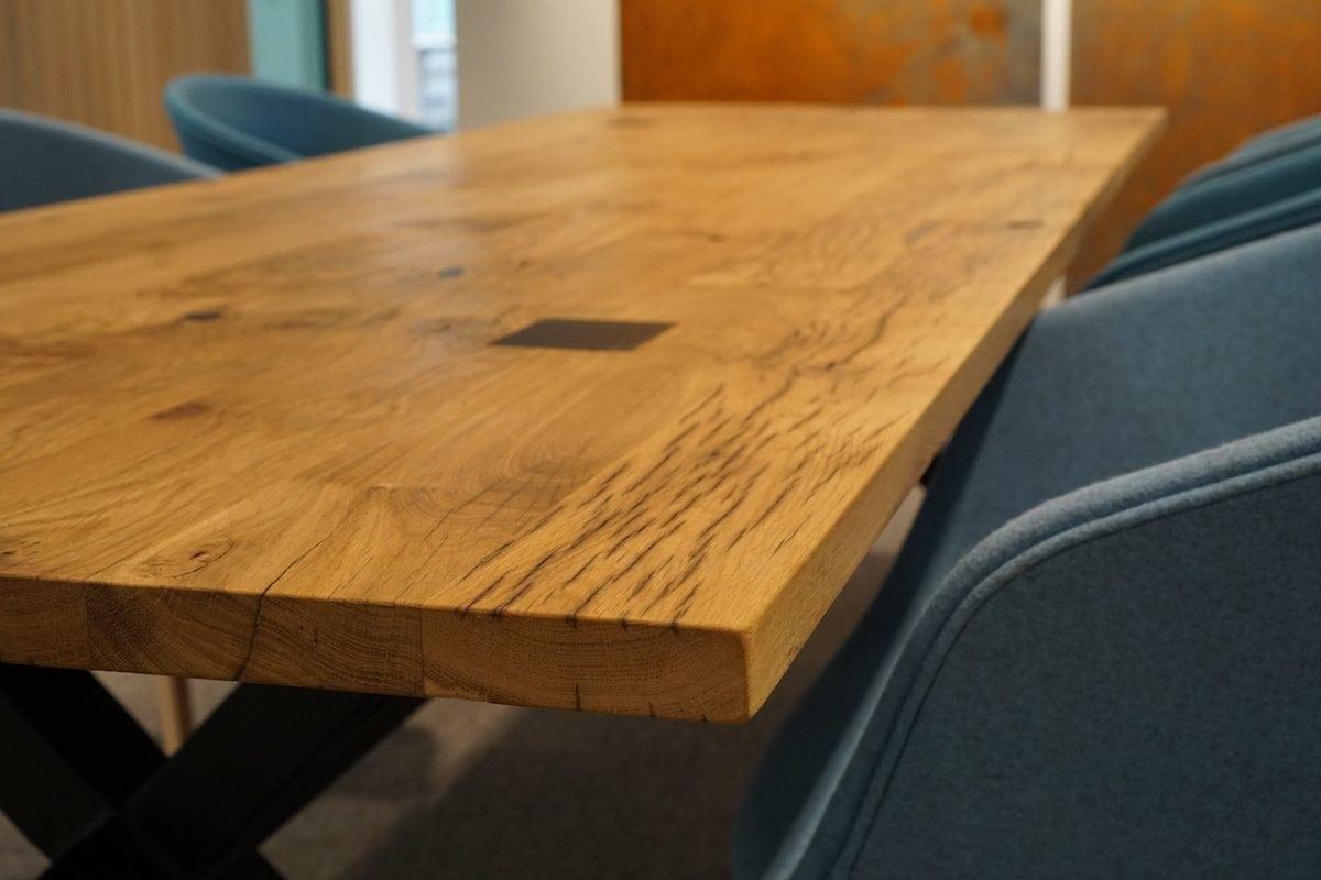De ABLE TREINWAGON EIKEN is een eikenhouten tafel met metalen onderstel van Tolhuijs Design. Deze mooie designtafel functioneert als eet- en werktafel en er zijn meerdere opties om de tafel te customizen. De tafel wordt gemaakt van afvalmaterialen van hoge kwaliteit: metaal van een staalfabriek en hout van oude Franse treinwagons.