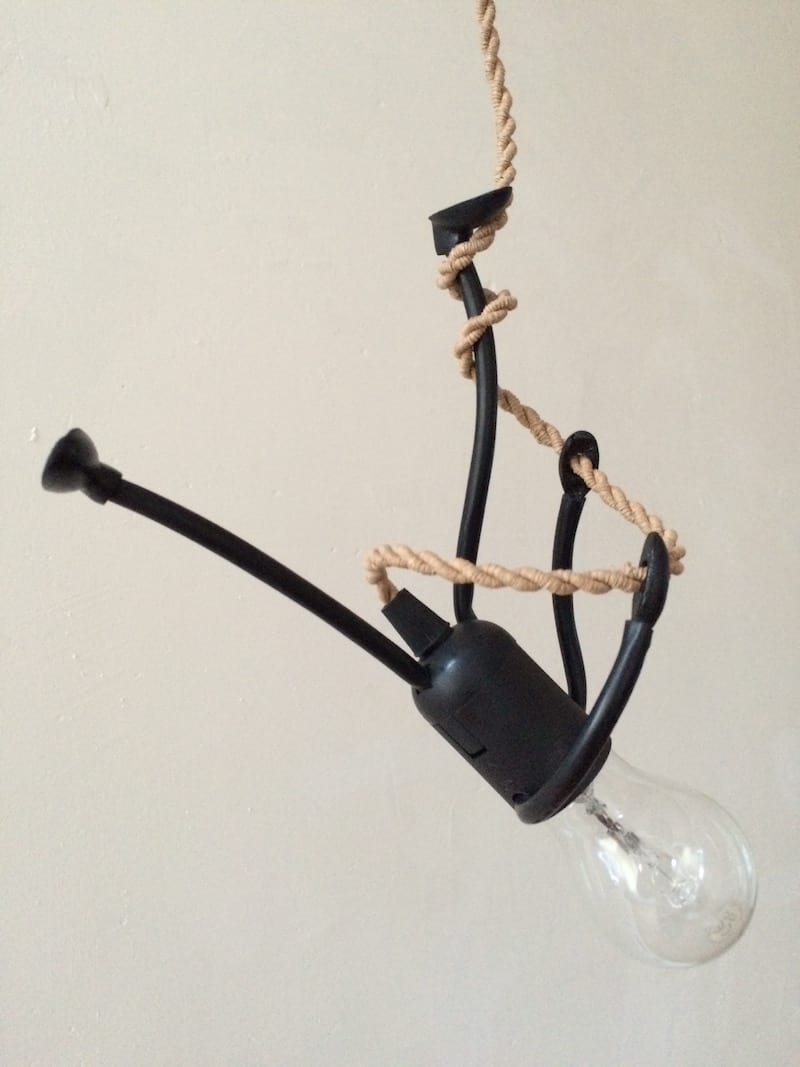 Mr. Bright One is een grappige fitting lamp afgebeeld als een poppetje die langs een klimtouw omhoog en omlaag kan klimmen.