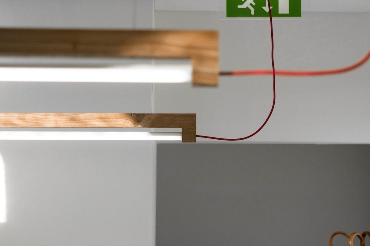 Designlamp van hout. Waarmakers TL Lamp NINEBYFOUR. Buislamp gemaakt van Stadshout.