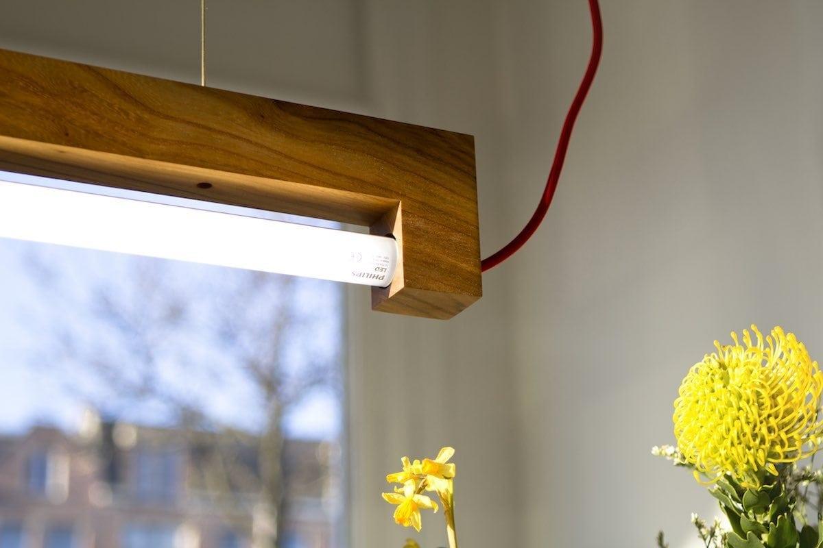 NINEBYFOUR houten TL lamp Waarmakers. Designlamp gemaakt van iepenhout van Amsterdamse bomen. Lamp gemaakt van stadshout.