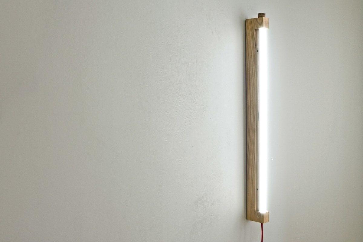 NINEBYFOUR houten TL lamp Waarmakers. Design wandlamp gemaakt van iepenhout van Amsterdamse bomen. Lamp van stadshout.