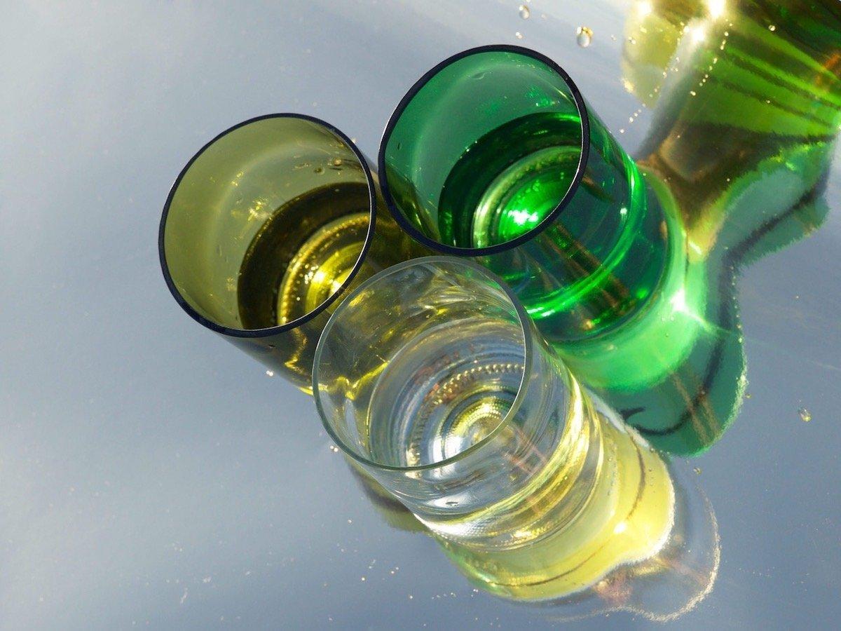 Duurzaam servies met de Rebottled circulaire drinkglazen gemaakt van oude wijnflessen bij Studio Perspective