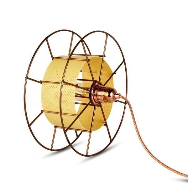 SPOOL FLOOR BLACK is een koperen designlamp van Tolhuijs Design. Deze duurzame vloerlamp is gemaakt van wastematerial.