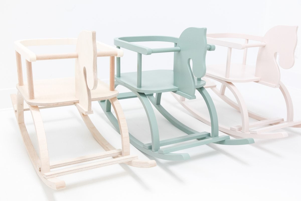 Houten Hobbelpaard Wit is een wit houten hobbelpaard met naam van de kleine. Een origineel cadeau bij Studio Perspective.