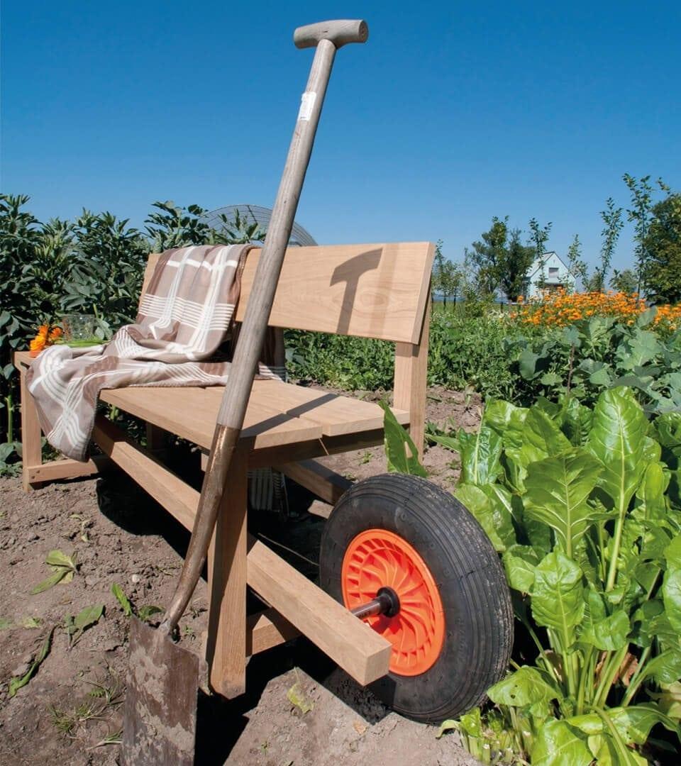 Wheelbench, verrijdbare houten bank van Weltevree. Mobiele houten bank met krulwagenwiel. Dutch designbank voor binnen en buiten.