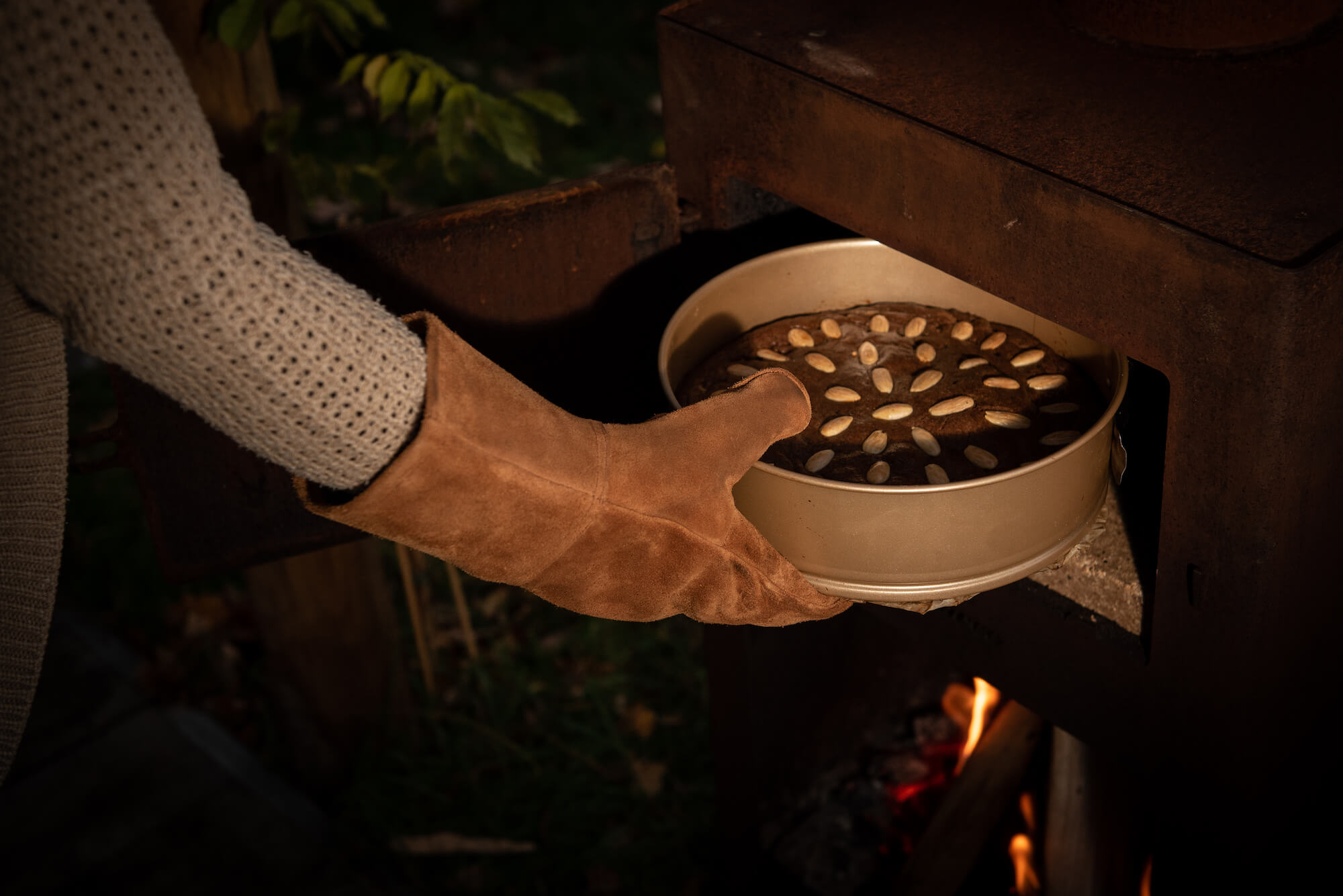 Taart in de oven buiten in de tuin