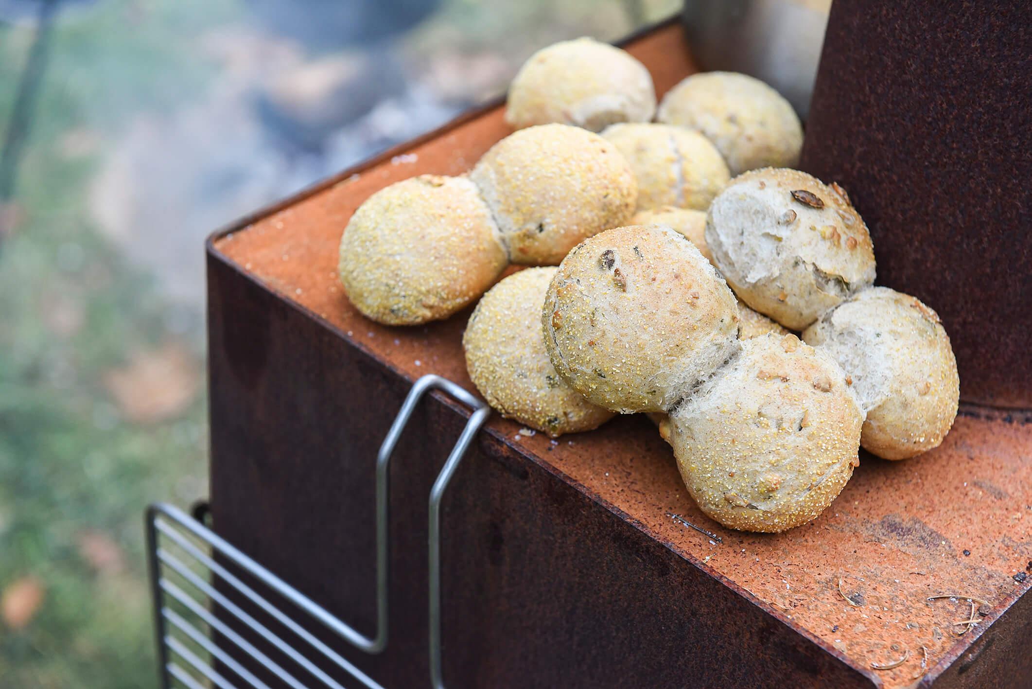 Broodjes op de oven in de tuin Weltevree