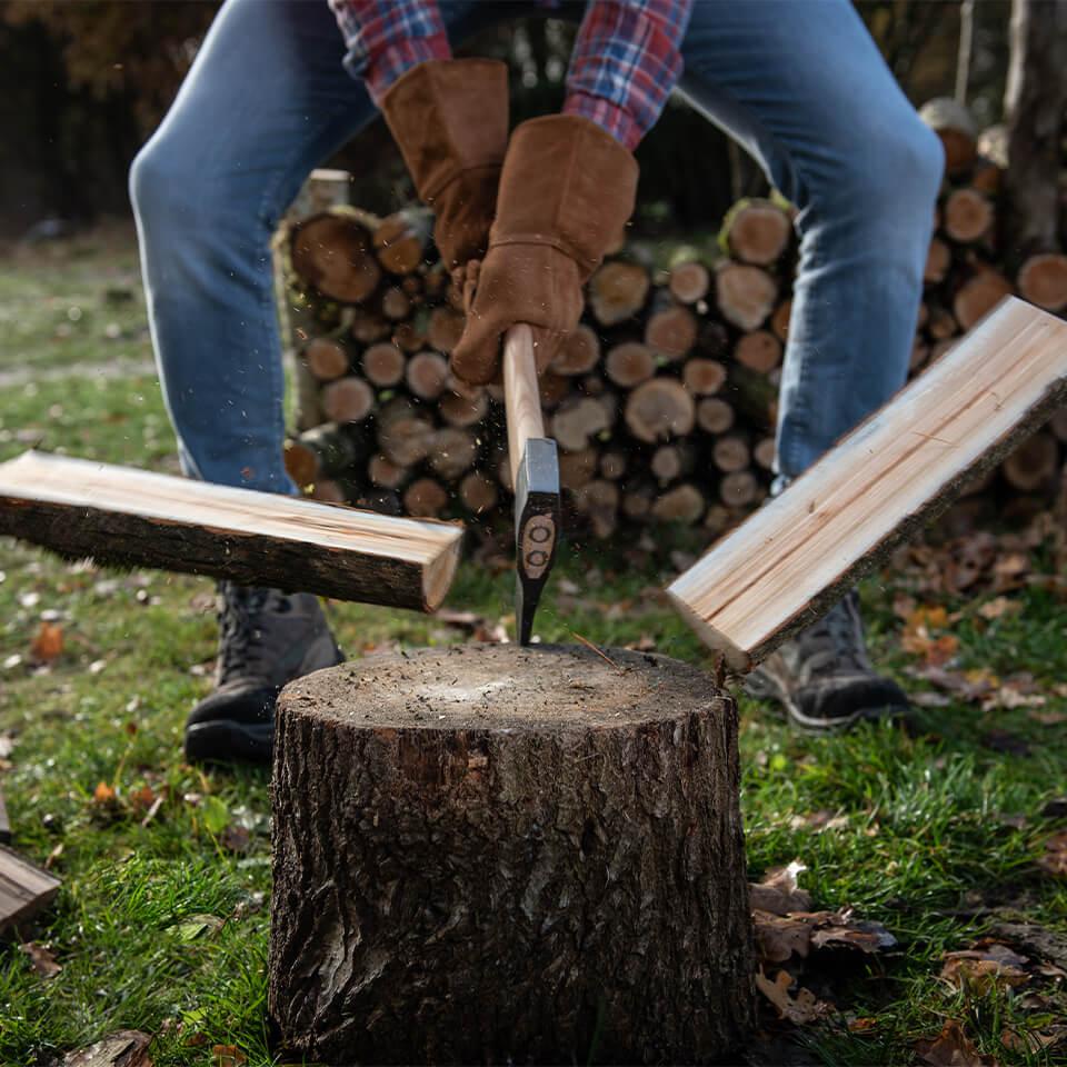 Hout hakken, handblijl om hout te splijten van Weltevree