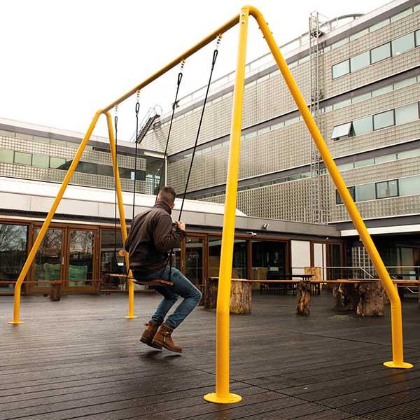 Schommel Serious Swing van Weltevree voor kantoortuin