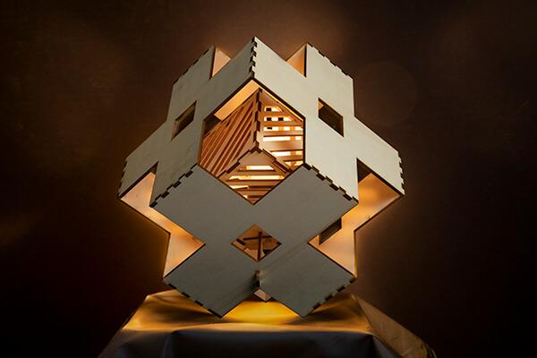 houten tafellamp verlichting aan Cube