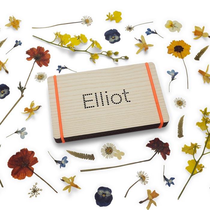 Bloemenpers met naam oranje elastiek en droogbloemen