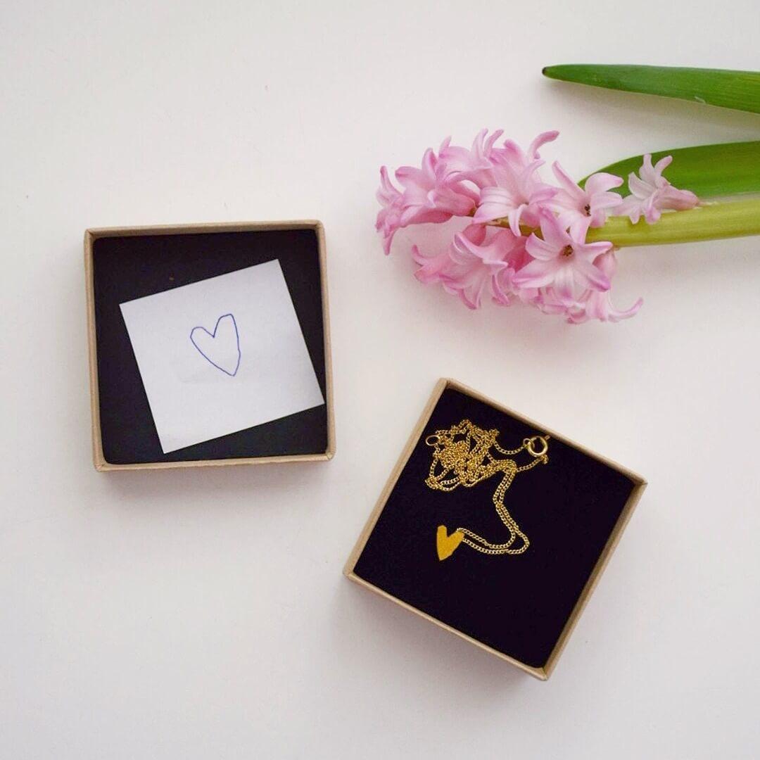 ingepakte ketting met hartje in mooi doosje